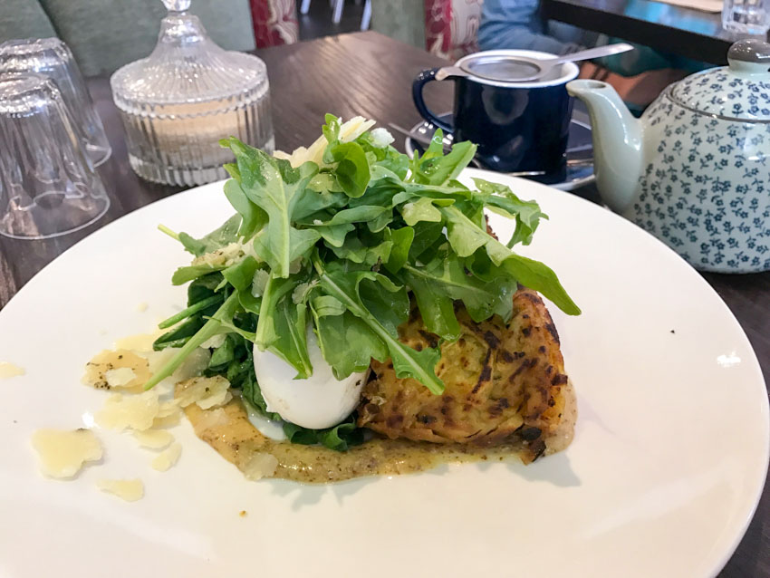 Potato rosti with rocket, poached and egg and parmesan