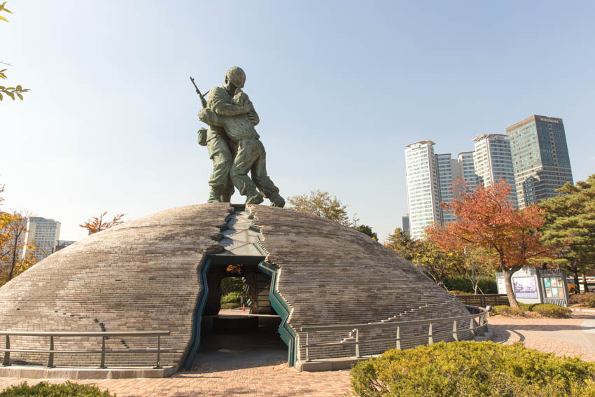A dome with a statue of two soldiers hugging